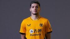 Raúl Jimenez con el nuevo jersey de los Wolves