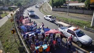 Foto de archivo: Migrantes, principalmente de Centroamérica y marchando en una caravana, caminan en una carretera cerca de Ignacio Zaragoza, Chiapas