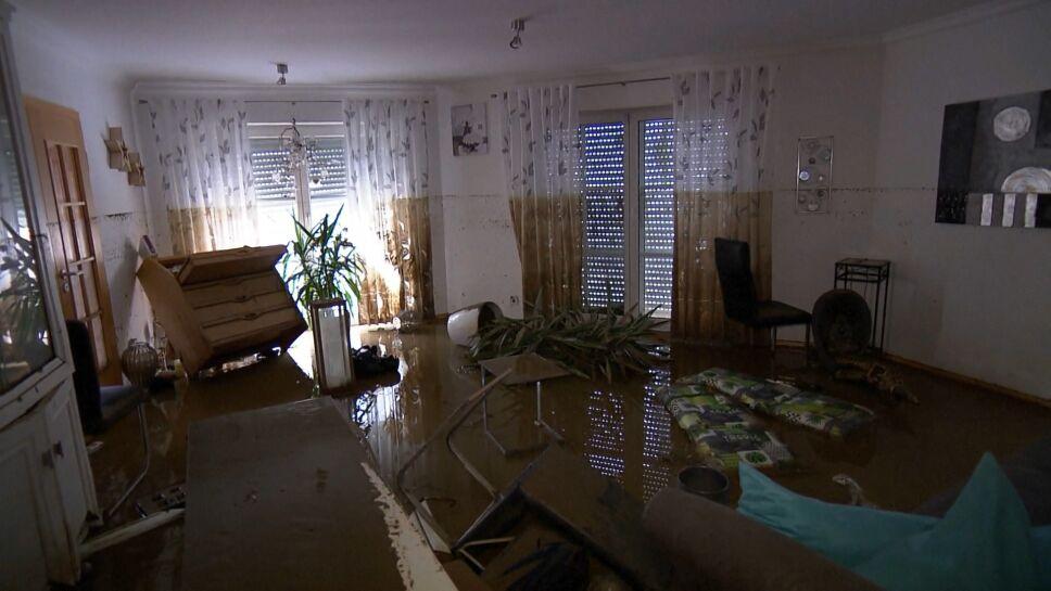 """""""Sin electricidad, sin agua. Ya nada funciona. Nadie puede dormir aquí por el momento. Solía ser una hermosa casa"""", recuerda Regine. Acababa de remodelar su cocina cuando las inundaciones anegaron de agua y lodo su hogar."""