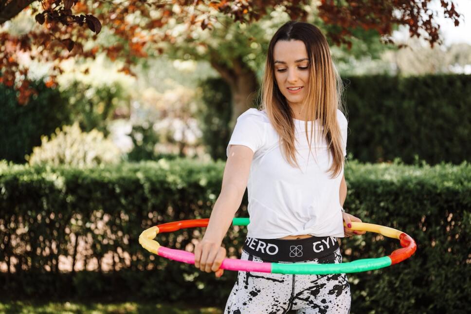 Mujer con un aro hula hula con peso