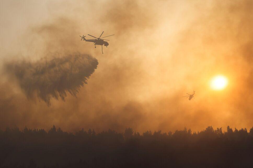 Más de 500 bomberos combaten incendios en Atenas, Grecia.