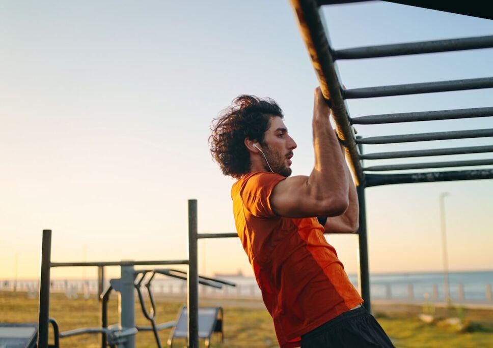 hombre haciendo ejercicio en un gimnasio publico al aire libre
