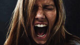 mujer gritando de ira