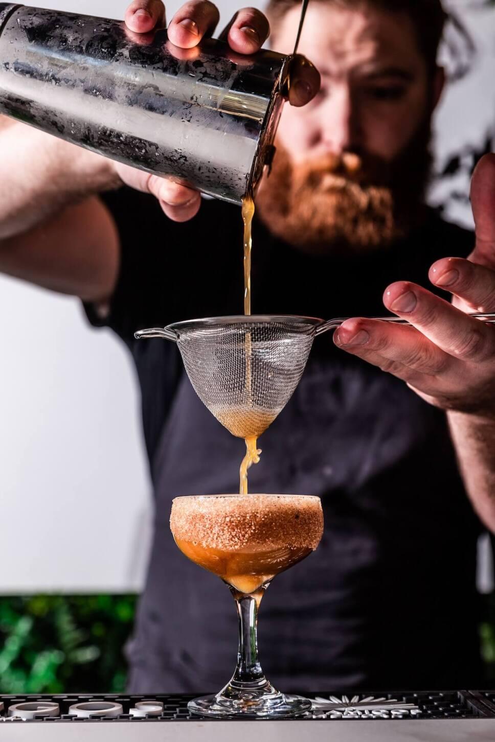 bartender preparando un coctel