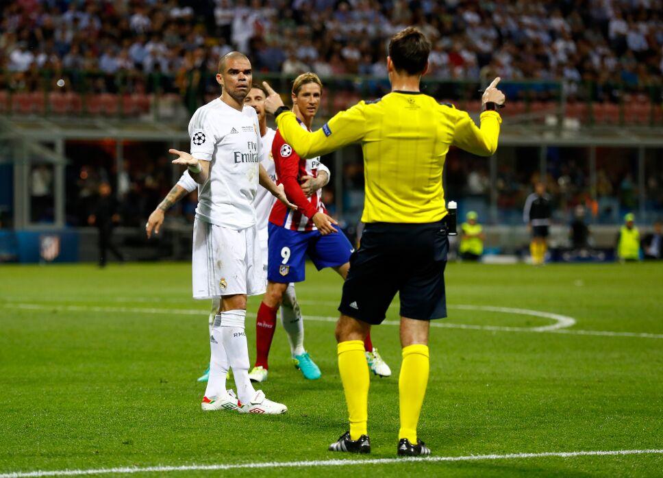 Pepe y Torres con el arbitro