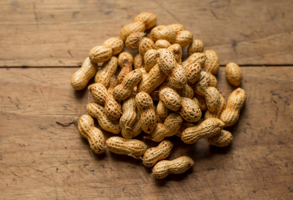 Fuente de vitaminas: El cacahuate contiene vitaminas del complejo B como tiamina (B1), riboflavina (B2), Niacina (B3), ácido pantoténico, colina, vitamina B6 y folatos (B9).
