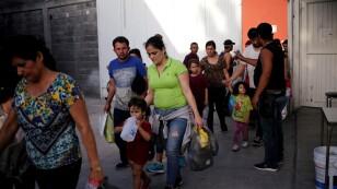 """FOTO DE ARCHIVO: Migrantes centroamericanos, devueltos de Estados Unidos a Nuevo Laredo en México a la  esperar de su audiencia judicial para solicitantes de asilo, llegan al refugio de migrantes """"Casa INDI"""" en Monterrey."""