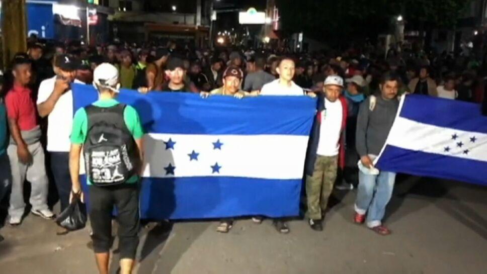 Migrantes hondureños en la forntera realizan solicitudes de asilo.BMP